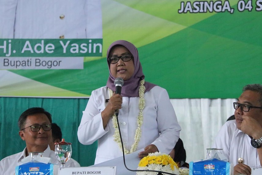 Bupati Bogor Ade Yasin dan Wakil Bupati Bogor Iwan Setiawan melaksanakan Rebo Keliling (Boling) di Gelanggang Olahraga Masyarakat (GOM) Kecamatan Jasinga.
