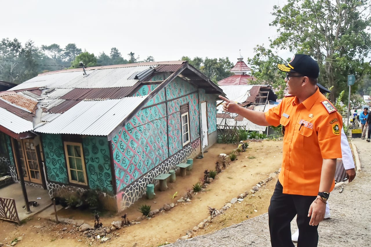 Wabup Tinjau Langsung Korban Angin Puting Beliung Di Desa Citeko