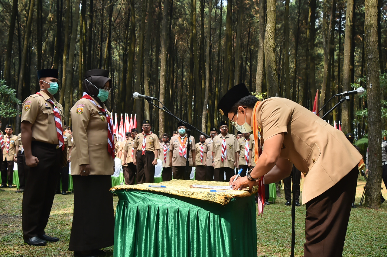 Ade Yasin melantik Agus Ridhallah, SH, MH., sebagai Ketua Kwarcab Pramuka Kabupaten Bogor masa bakti 2020-2025