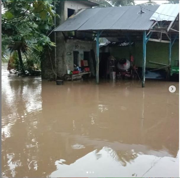 Sungai Cipataeun meluap