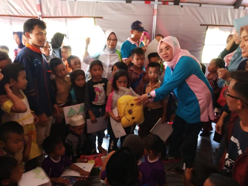 DP3AP2KB Bantu Korban Bencana Banjir Bandang dan Longsor Sukajaya