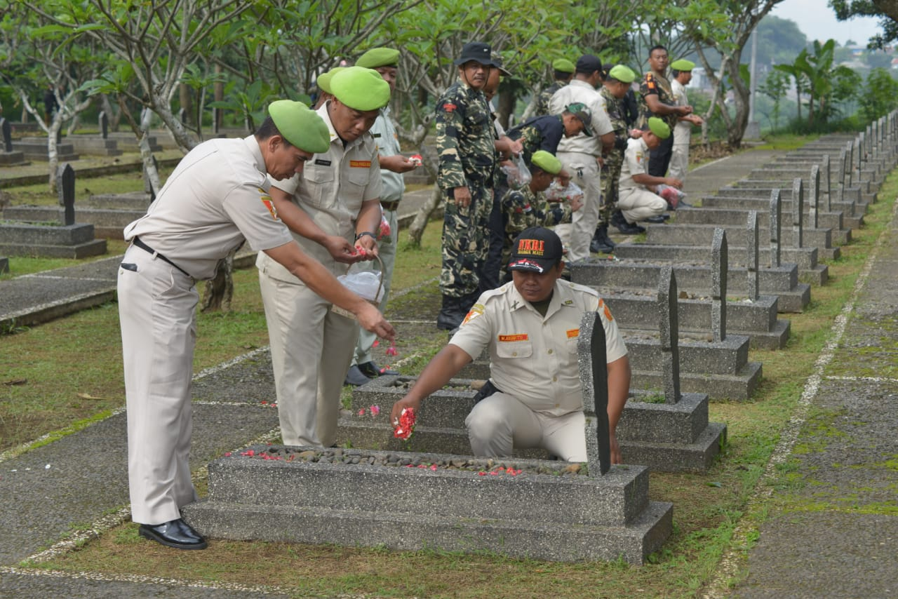Edukasi Nilai Perjuangan dan Kerja Bakti Bersihkan Taman Makam Pahlawan Pondok Rajeg Cara PPM Peringati HUT Ke-39
