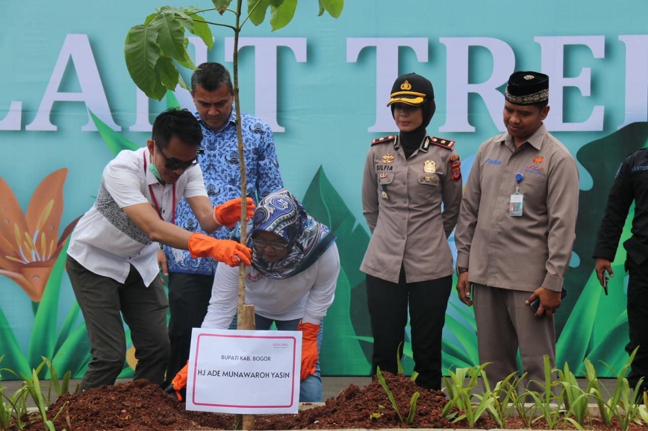 Imbangi Pertumbuhan Pembangunan Bupati Bogor Lakukan Penanaman Pohon Tabebuya di Lingkungan AEON Mall Sentul