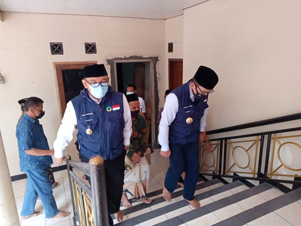 Iwan Setiawan Dampingi Ridwan Kamil mengecek protokol kesehatan dan kesiapan mengikuti AKB di Masjid Atta'awun Puncak