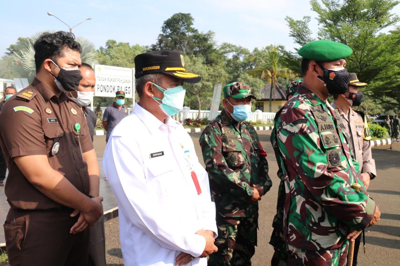Danrem 061 Serahkan Bantuan APD dan Beras Untuk Petugas Pemakaman serta Pemulasaran Jenazah Covid-19