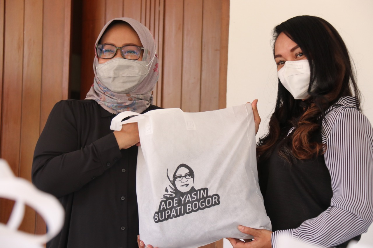 Terima Bantuan 300 Paket Sembako, Bupati Bogor Ajak Masyarakat Saling Peduli