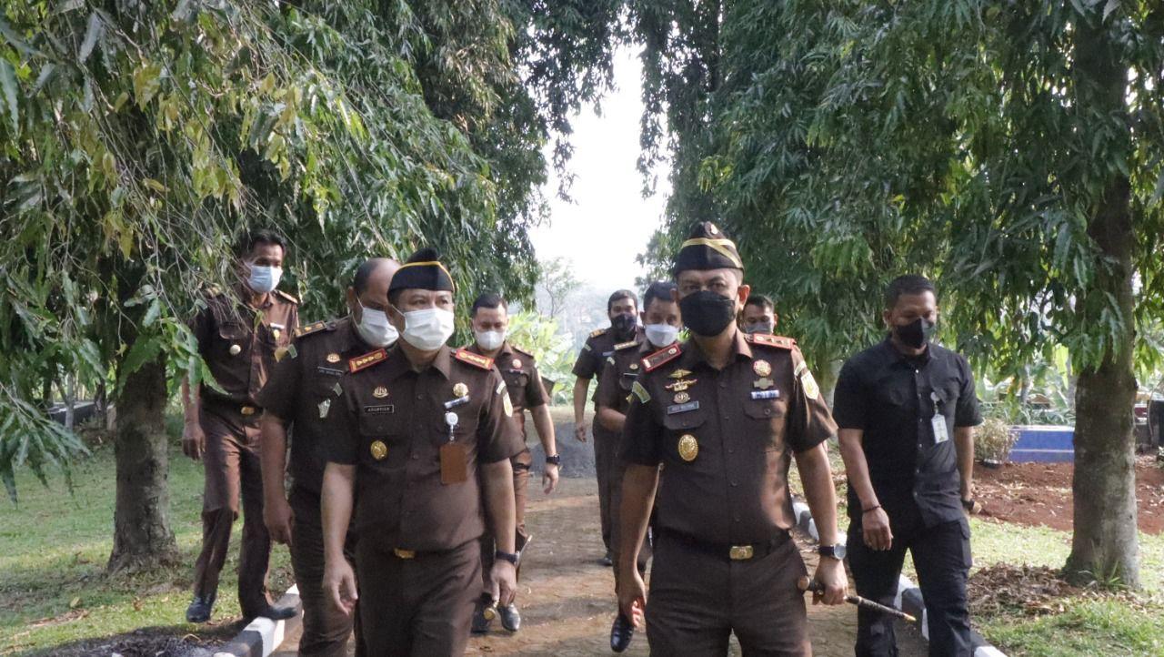Tinjau Pemakaman Adhyaksa Pondok Rajeg, Kajati Jabar lakukan Kunjungan Kerja ke Kejari Cibinong