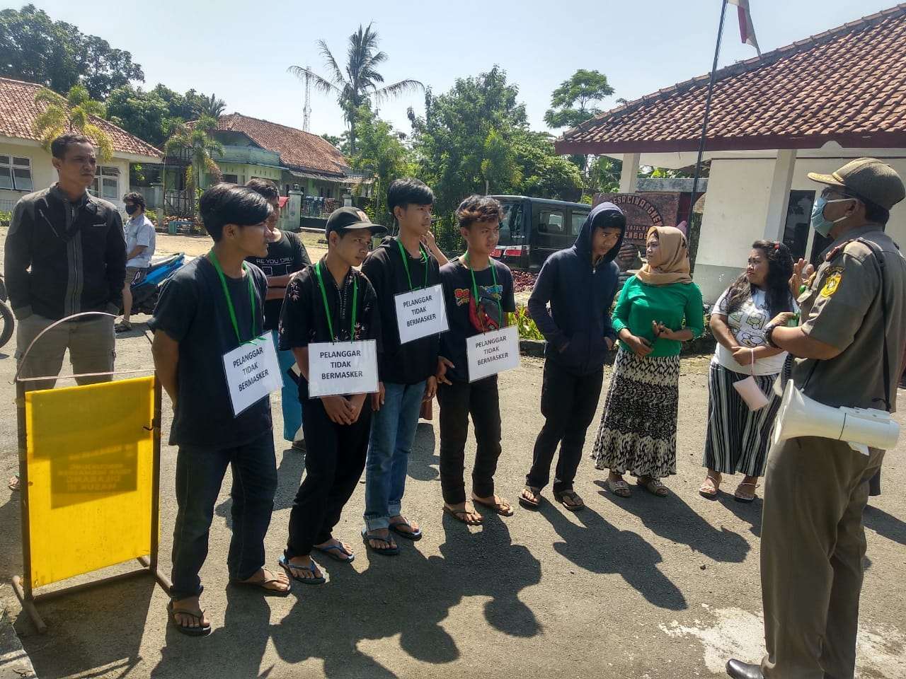 Razia Masker di Wilayah Kecamatan Tenjolaya, Dilakukan oleh Pol PP Kecamatan Tenjolaya