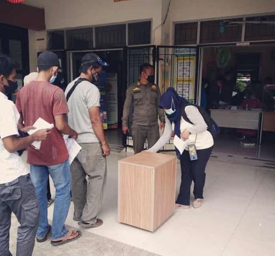 Giat Satpol-PP Kecamatan Leuwiliang dalam pengamanan pelaksanaan vaksinasi untuk masyarakat umum dipuskesmas Leuwiliang