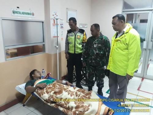 Evakuasi korban keracunan makanan di Desa Cilember