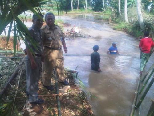 Gotong Royong Warga dan Camat Ciseeng di Desa Babakan